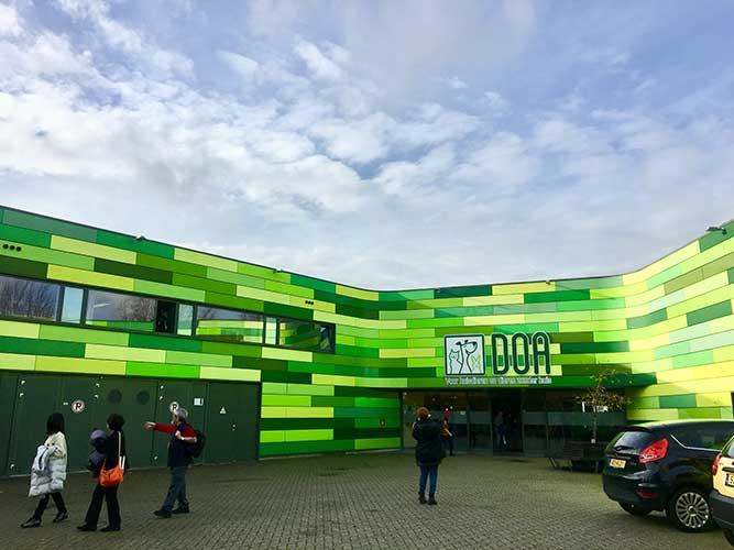 オランダ建築らしい色づかいの外観