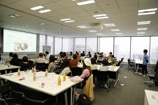 大会議室にセミナーを受講する風景