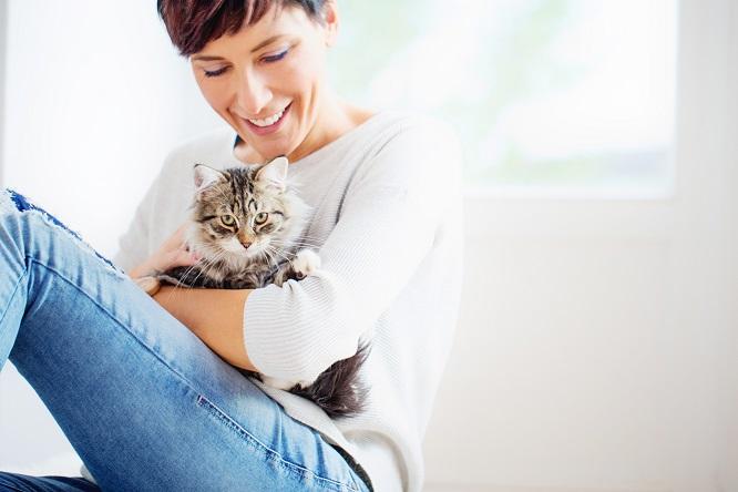 嬉しそうに猫を抱っこする女性