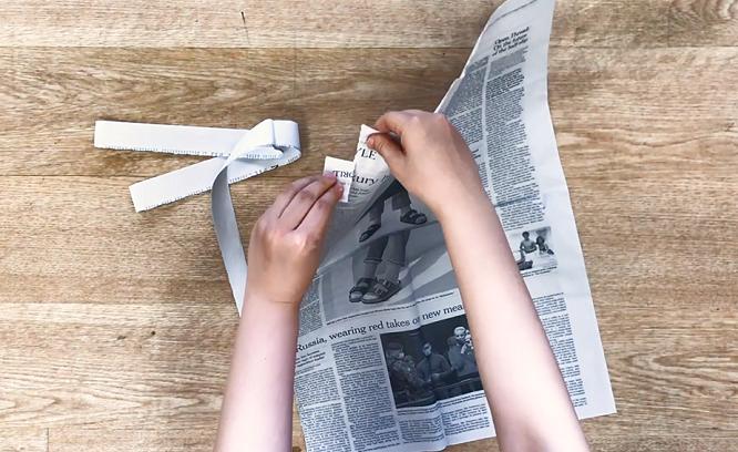 新聞紙を裂く様子